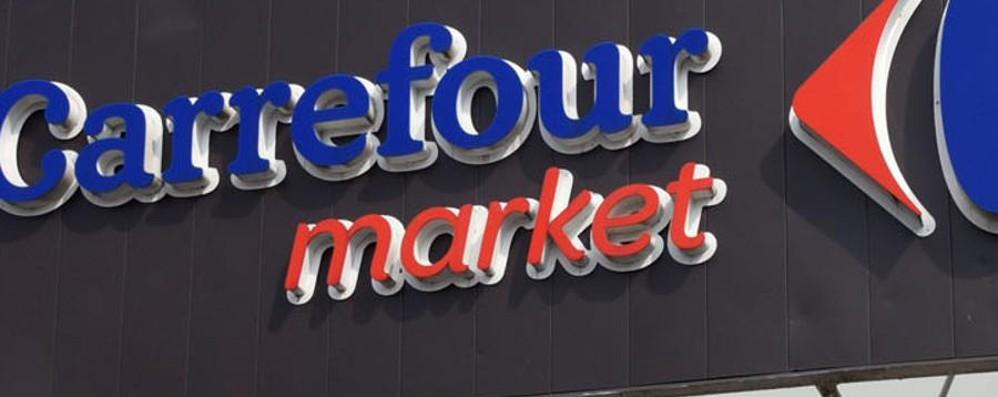 Rubano 600 euro di profumi e cosmetici Coppia arrestata al Carrefour di Mozzo