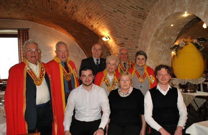 Mariella Pezzotta con i figli Moris e Roberto insieme al Direttivo dei Cavalieri della polenta