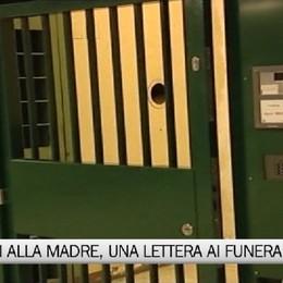 Bossetti annota pensieri in cella, forse una lettera che leggerà ai funerali della madre