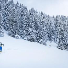 L'inverno non è finito: nevica nelle valli «Che spettacolo, ma ha stufato» - Video