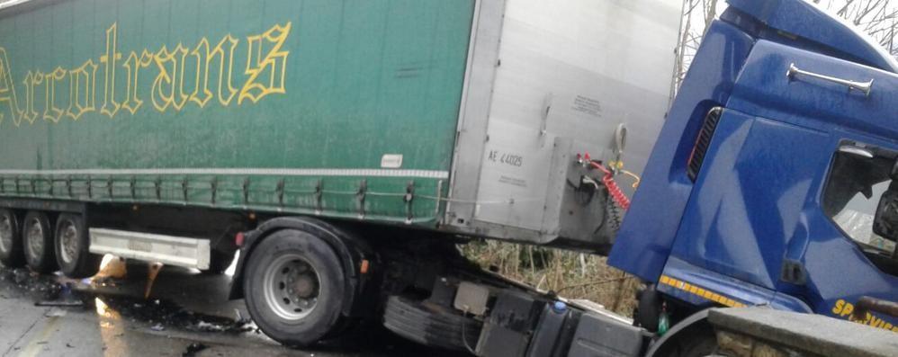 Tir fuori strada e auto distrutta a Cene Val Seriana, traffico in tilt per tre ore