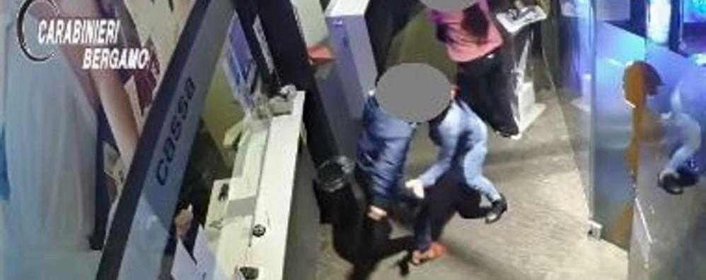 Il video del litigio prima dell'omicidio Spintoni, poi il killer estrae la pistola