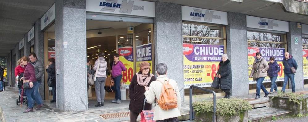 Legler moda presa d'assalto a Seriate Svendite fino all'80% prima della chiusura