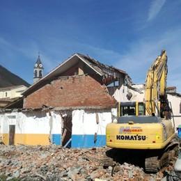 Cerete Basso, ruspe alla scuola primaria Demolizione al via: durerà dieci giorni