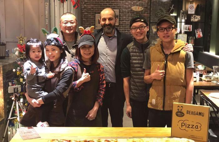 La famiglia di Zhi Rong con Tiziano Casillo
