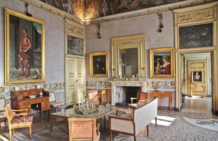 L'interno di palazzo Moroni