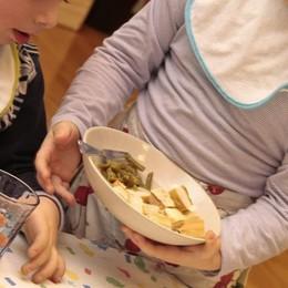 Piccoli vermi nel piatto dell'asilo Genitori sul piede di guerra a Treviglio