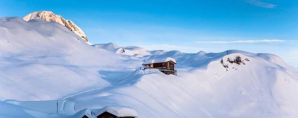 Rifugio Albani immerso in 6 metri di neve Domenica ultime ciaspolate e  discese