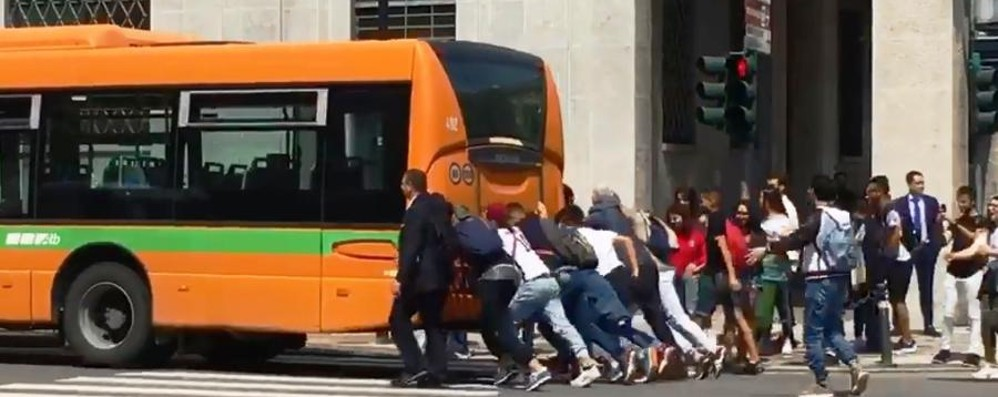 Bus in panne, gli studenti lo spingono Atb agli «aiutanti»: grazie ragazzi