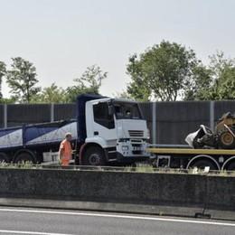 Camion ribaltato sull'A4, traffico in tilt Mattinata critica, caselli chiusi da Seriate
