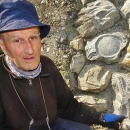 L'artista che scrive le storie sulle pietre Remo ha trasformato una strada di Albino