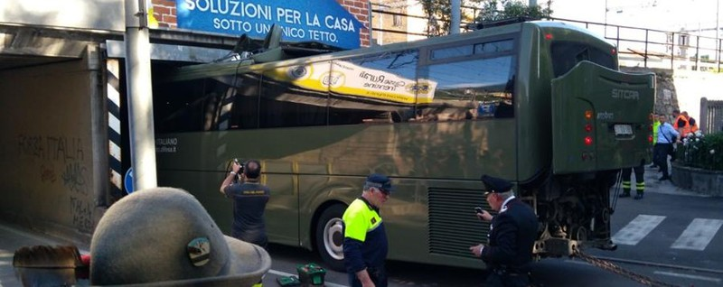 Alpini, rientro da Trento in coda Bus dell'esercito incastrato sotto un ponte