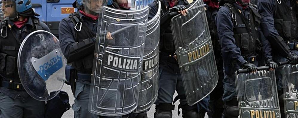 Tifosi milanisti lanciano petardi dai bus   Iniziata la partita, tornata la calma