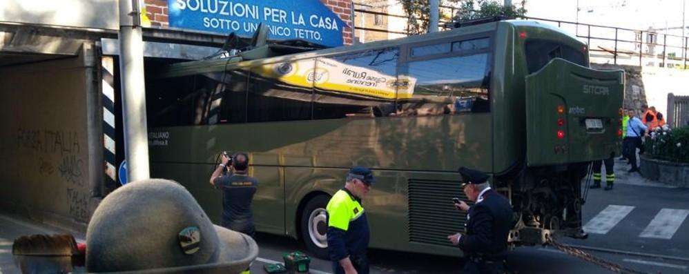 Alpini, domenica di code da rientro Bus dell'esercito incastrato sotto un ponte