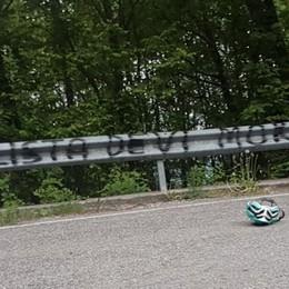 «Ciclista devi morire» Frase ingiuriosa a Bedulita