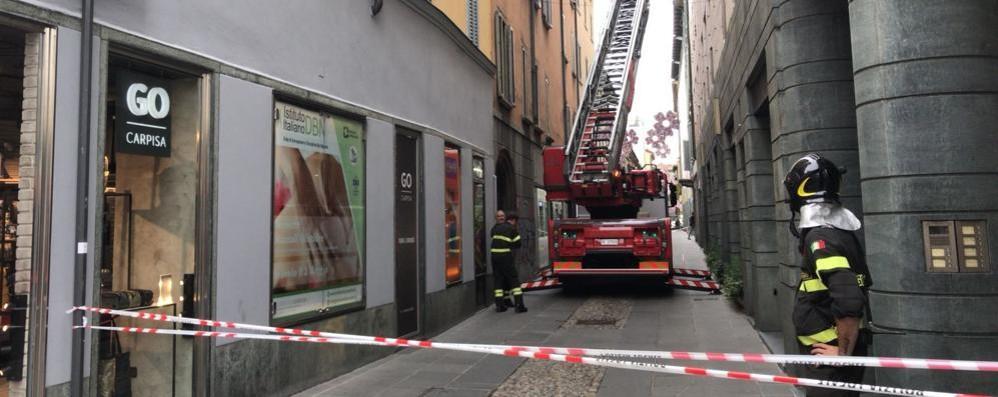 Lampione  cade da oltre 10 metri Tragedia sfiorata in via Sant'Orsola
