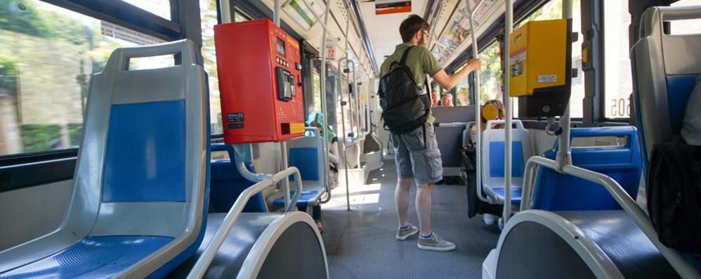 Importuna 16enne sul bus e in Città Alta Dalle telecamere individuato 46enne