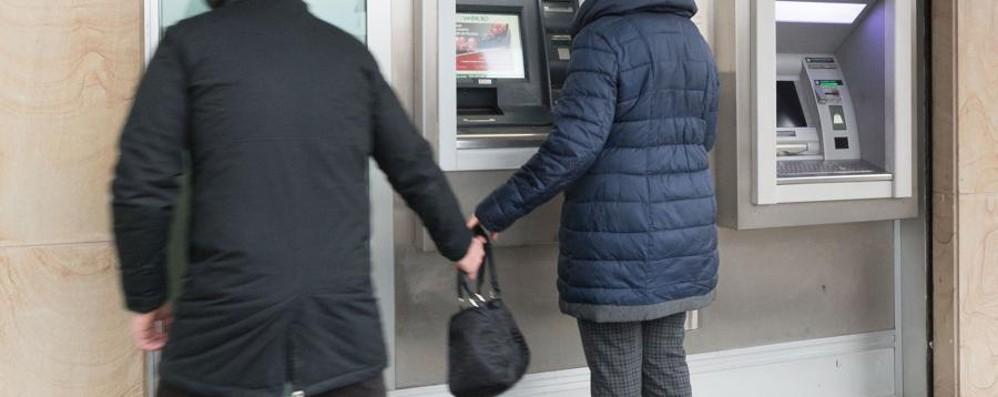 «Attenzione, le sono caduti 50 euro» Ma è una truffa, stavolta al bancomat