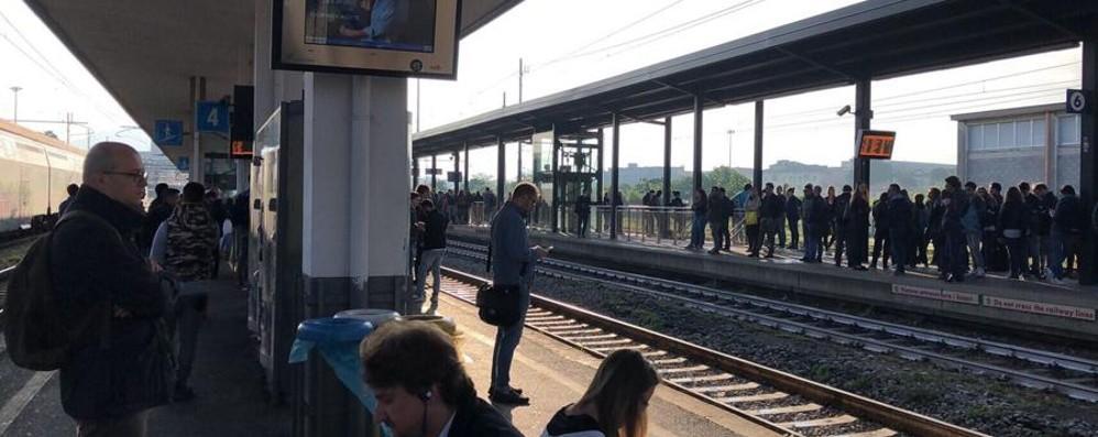 Auto non rispetta il passaggio a livello Treni in tilt, bloccata la Bergamo-Brescia