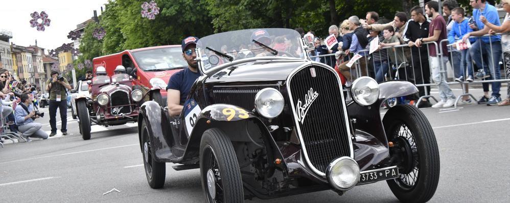 La Mille Miglia sfila in centro a Bergamo Classe e potenza di storici capolavori