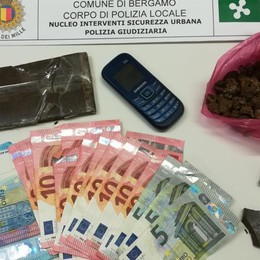 Droga in via Paglia a Bergamo Scappa e picchia i poliziotti: arrestato