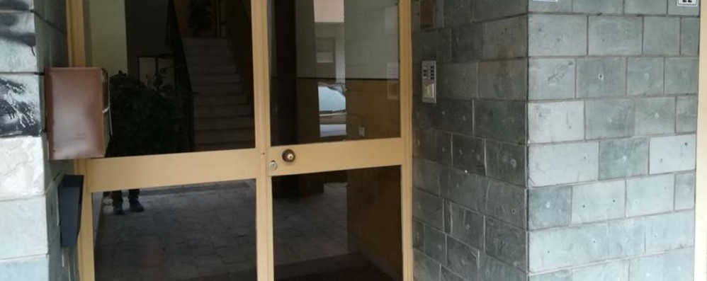 Lite, viene spinto contro una vetrata Verdellino, 39enne si rompe una gamba