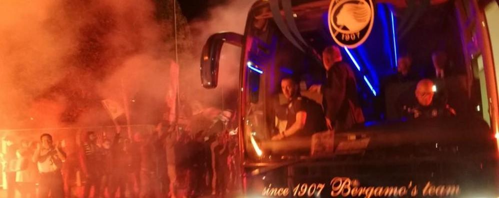 Atalanta, quei cento irriducibili in festa Cori e fumogeni a Zingonia - Le foto