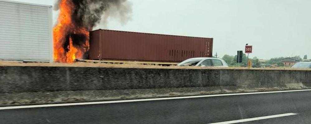 Tir in fiamme sull'autostrada A4 Lunghe code a Palazzolo, nessun ferito