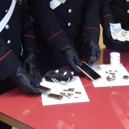 Spaccia in strada in pieno giorno Arrestato 32enne con hashish e cocaina