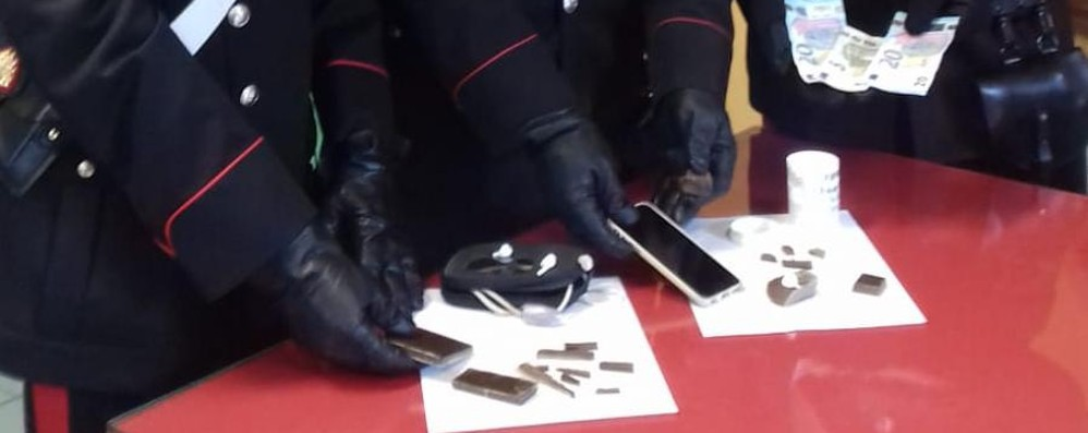 Spaccia in strada in pieno giorno Arrestato 32enne con hashish e cocaina