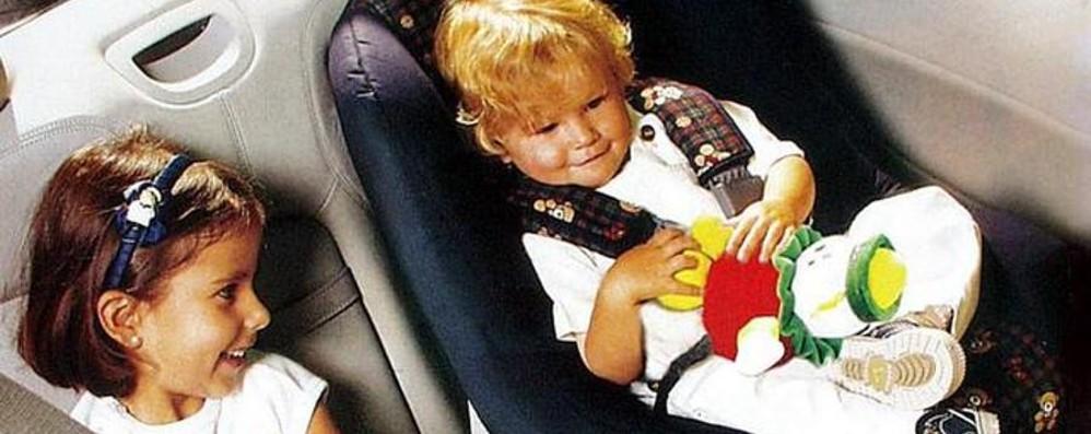 Bambini dimenticati in automobile «Serve dispositivo di allarme obbligatorio»