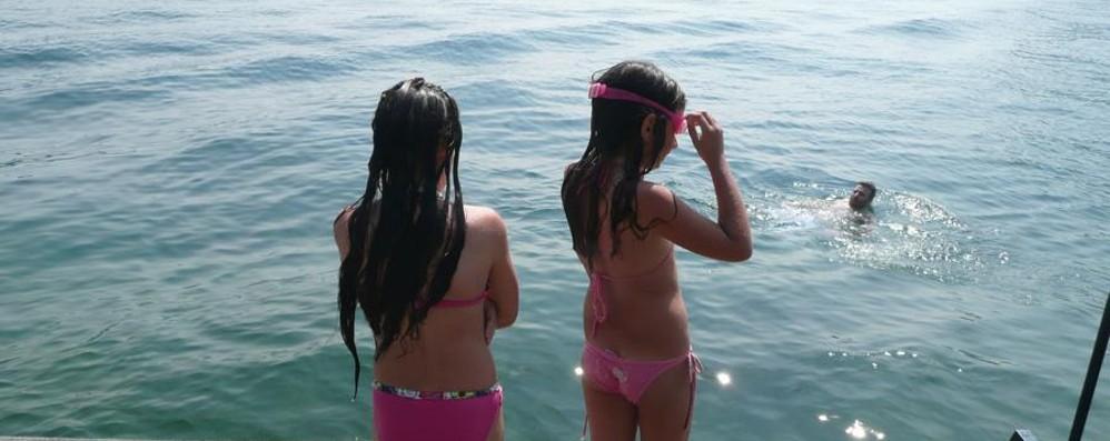 Ci si prepara ai primi tuffi della stagione Lago d'Iseo, livello d'acqua al massimo