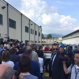 L'applauso fuori dal carcere di Bergamo