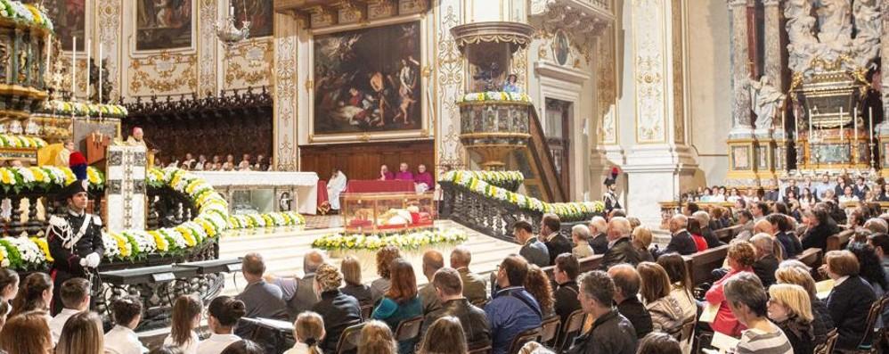 L'abbraccio e la carezza a Papa Giovanni Silenzio e applausi di migliaia di persone