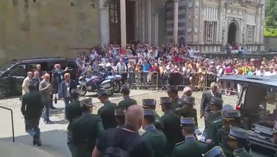 L'applauso all'uscita dalla Cattedrale