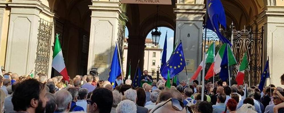 Manifestazione in sostegno a Mattarella In via Tasso bandiere e inno di Mameli