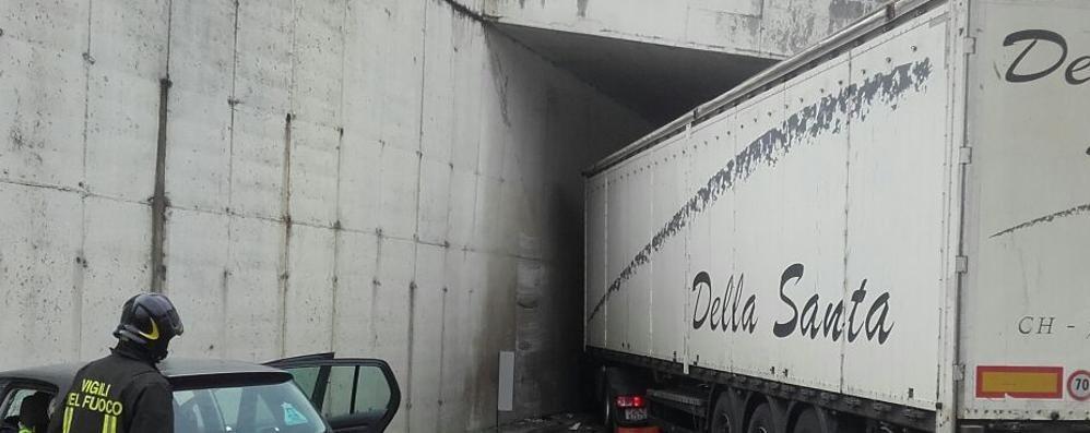 Camion  contro il muro sull'Asse Tre persone ferite e lunghe code