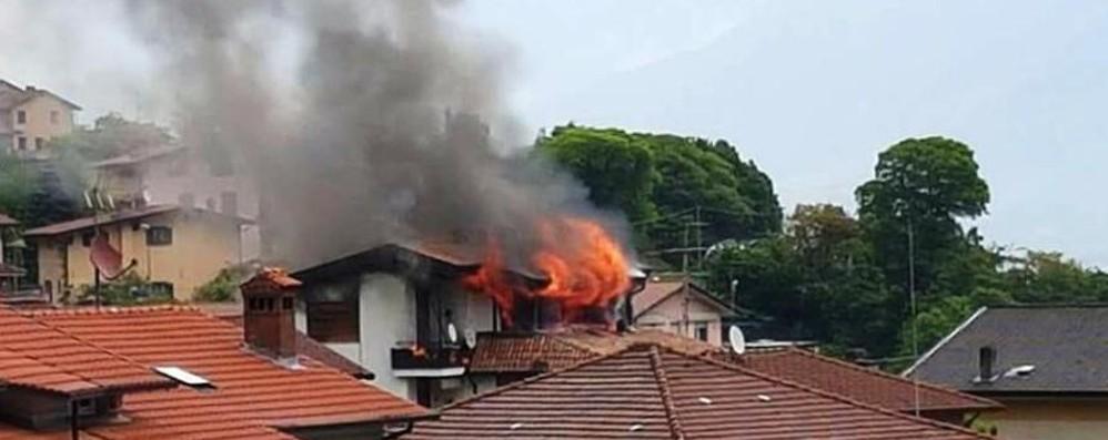 Fiamme divampano dalle finestre  Lovere, distrutti due appartamenti-Video