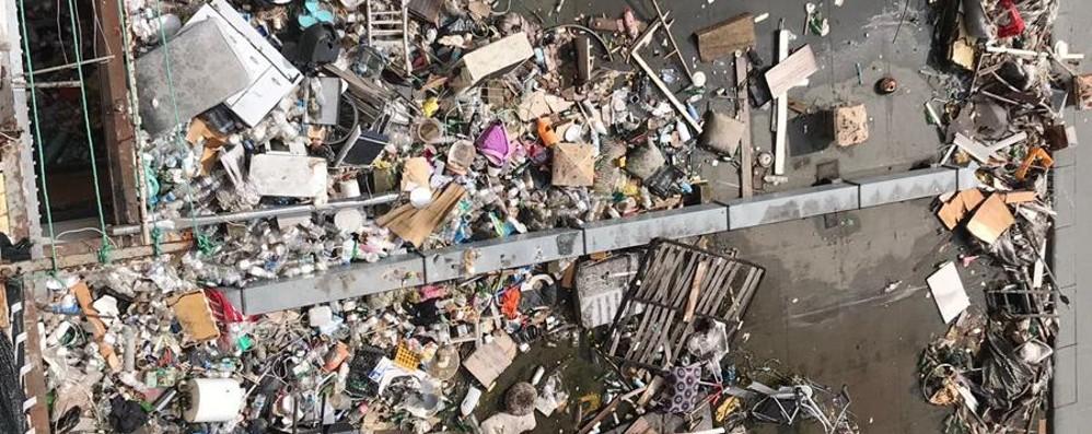 Montagne di rifiuti sui tetti dei negozi Gettati dall'alto delle torri di Zingonia