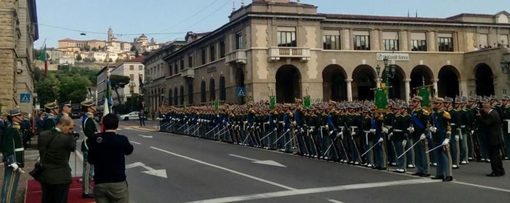 Fiamme Gialle, giurano gli allievi ufficiali Il ministro Padoan: «Italia fuori dalla crisi»