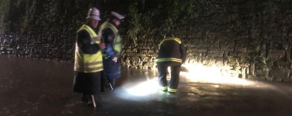 Tubo ostruito, strada allagata sui Colli Vigili del fuoco in azione in via Cavagnis