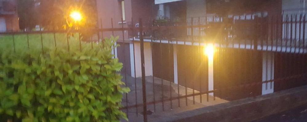 Valbrembo, sposta i mobili sul balcone Cade dal primo piano: è grave