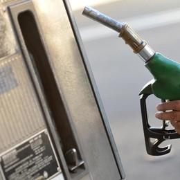 Benzina alle stelle tra Iran e imposte