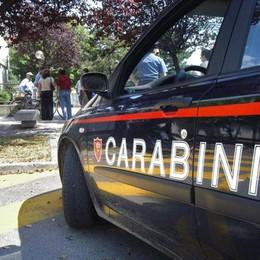Si scaglia contro i militari con un coltello Arrestato anziano 77enne a Capriate