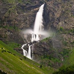 Lo spettacolo del triplo salto Prima apertura delle cascate del Serio