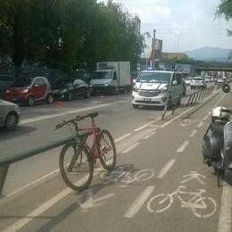 Bergamo, investe 73enne in scooter È caccia all'auto pirata in via Zanica