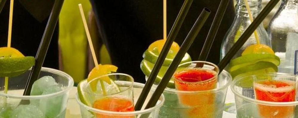 Gruppo di famiglie con disabili al bar Un ignoto benefattore offre l'aperitivo
