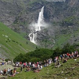 Oltre 3.500 persone alle cascate del Serio Il salto più bello della Bergamasca - Video