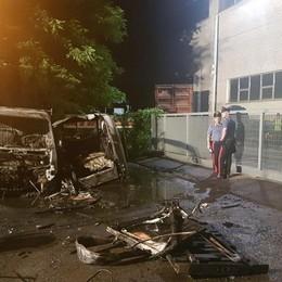 Allarme piromane a Romano Due veicoli in fiamme nella notte