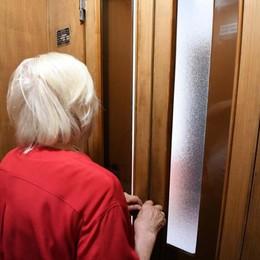 «C'è un pacco per lei», poi giù la corrente Anziani bloccati in ascensore e derubati